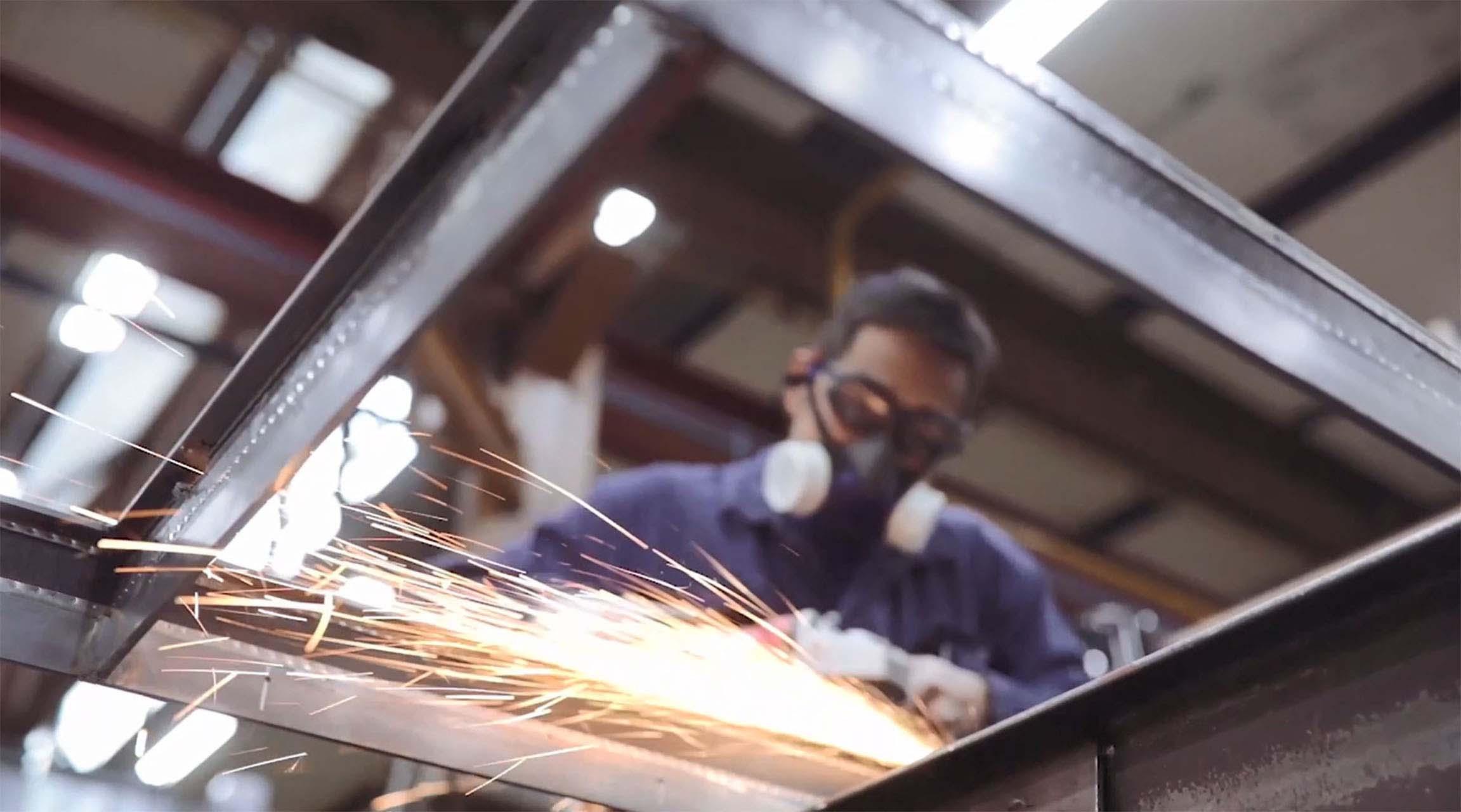 MHB Staalmeester is een SL30-ISO profiel systeem aan het lassen